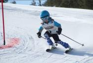 Julie beim Skirennen